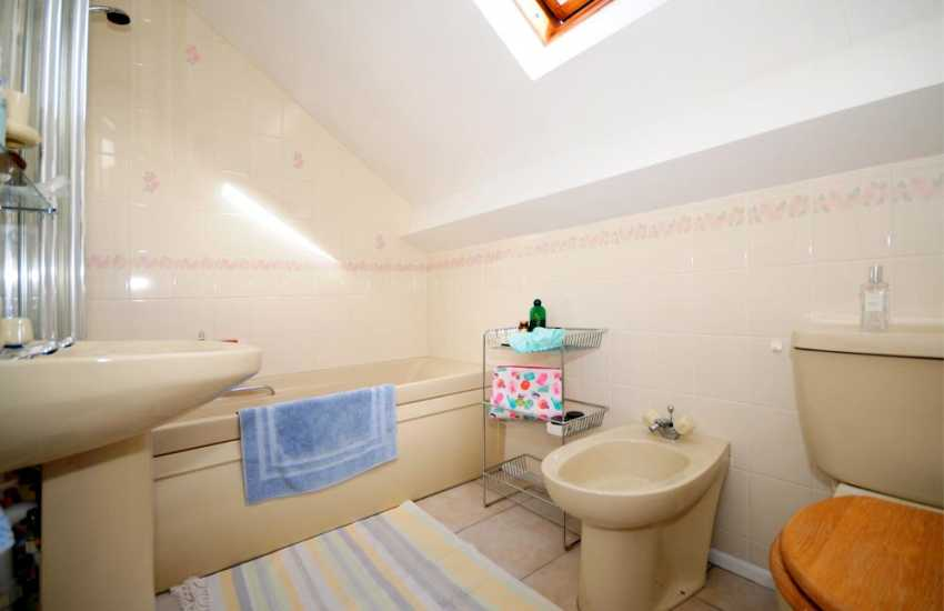 Harlech holiday cottage - bathroom