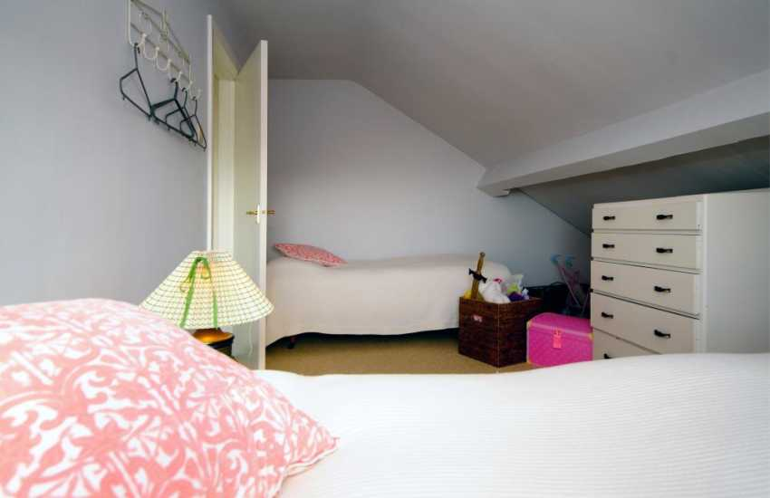 Holiday lettings Harlech - twin bedroom