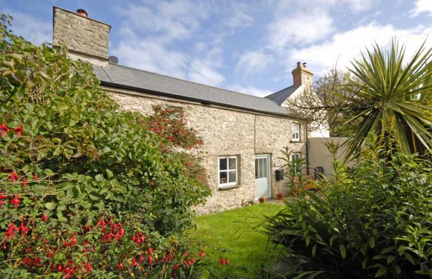 Abercastle self catering cottage with enclosed front garden - pets welcome