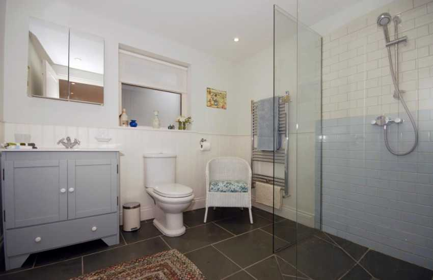 South Pembrokeshire holiday house - master en-suite