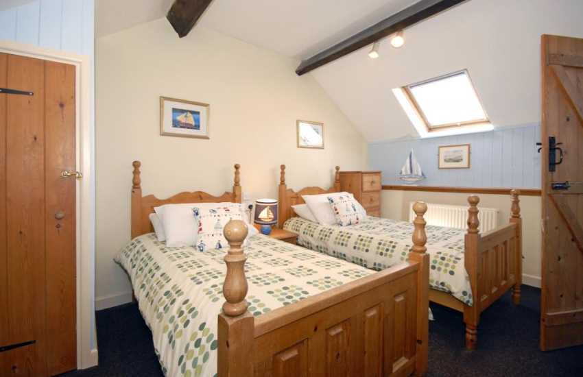St Davids coastal cottage with sea views - en-suite twin bedroom