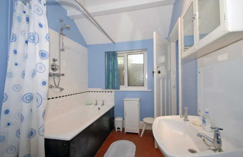 Saundersfoot holiday home - family bath/shower room