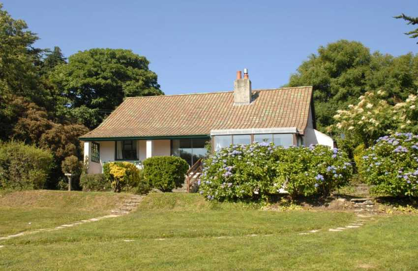 South Pembrokeshire holiday bungalow overlooking Saundersfoot Bay - pets welcome