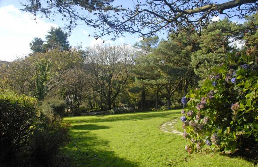 Saundersfoot holiday home with spacious gardens - dogs welcome