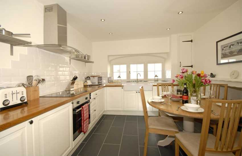 Self-catering Manorbier - Shaker style kitchen/diner