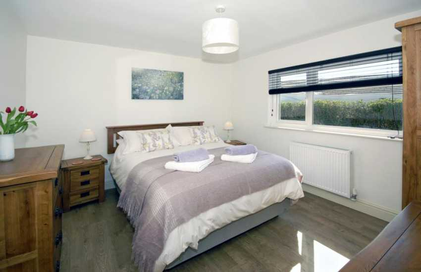 Manorbier holiday cottage - king size bedroom with sea views