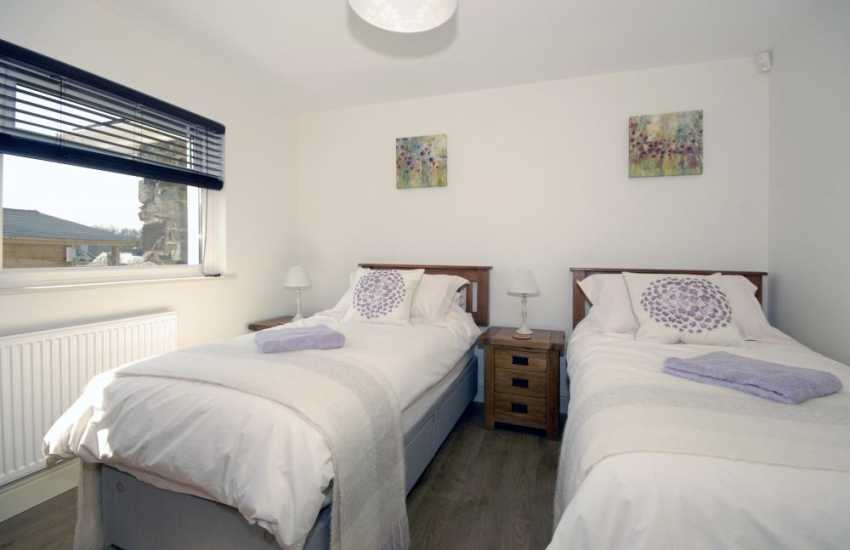 Tenby holiday home sleeps 6 - twin bedroom