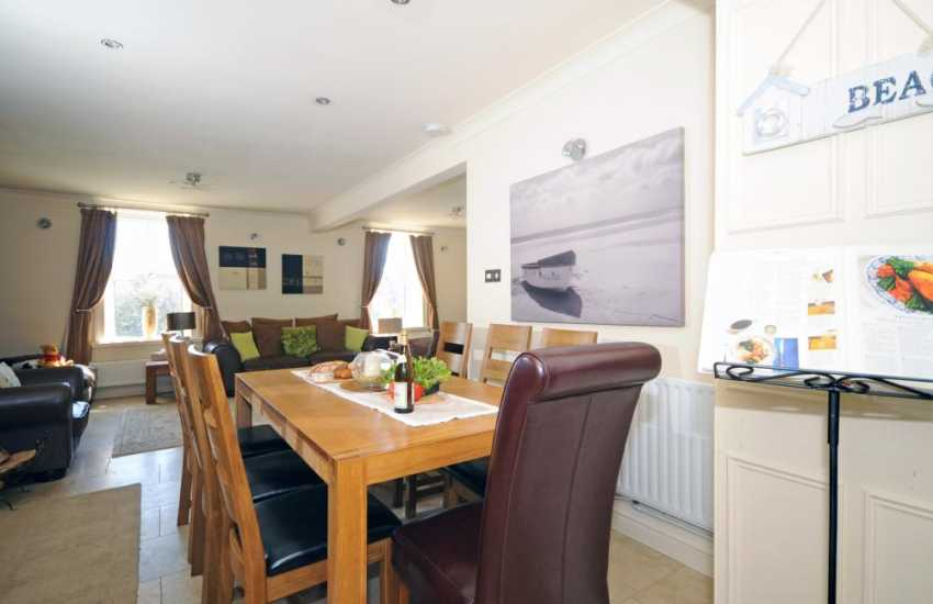 Abersoch holiday house - dining table
