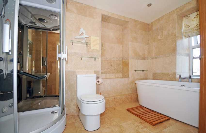 Abersoch holiday house - family bathroom