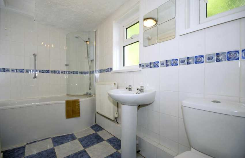 Solva holiday cottage - family bathroom