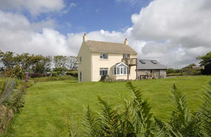Coastal Pembrokeshire holiday home with large gardens - pets welcome