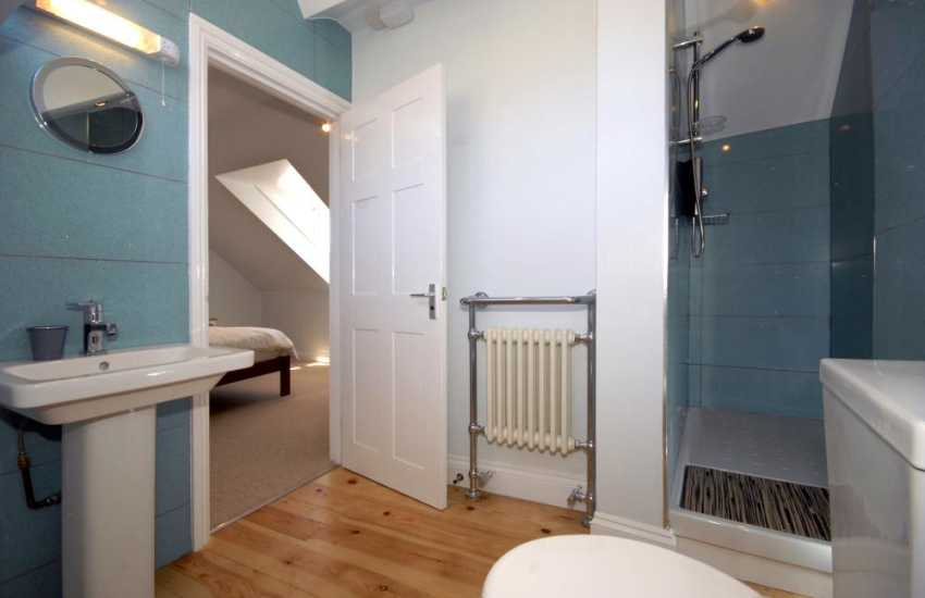Tenby holiday home - master en-suite shower