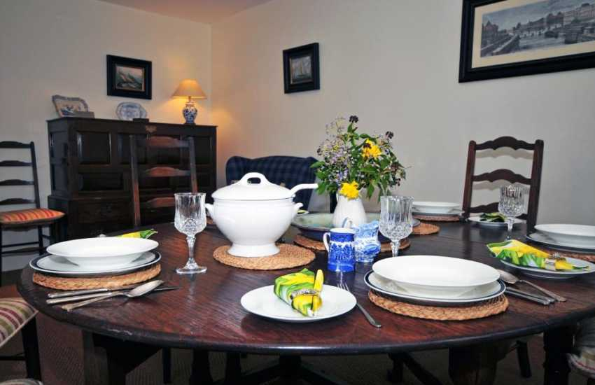 Bala holiday home - dining room
