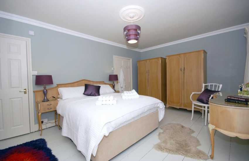 Holiday house in Aberaeron - master en-suite bedroom
