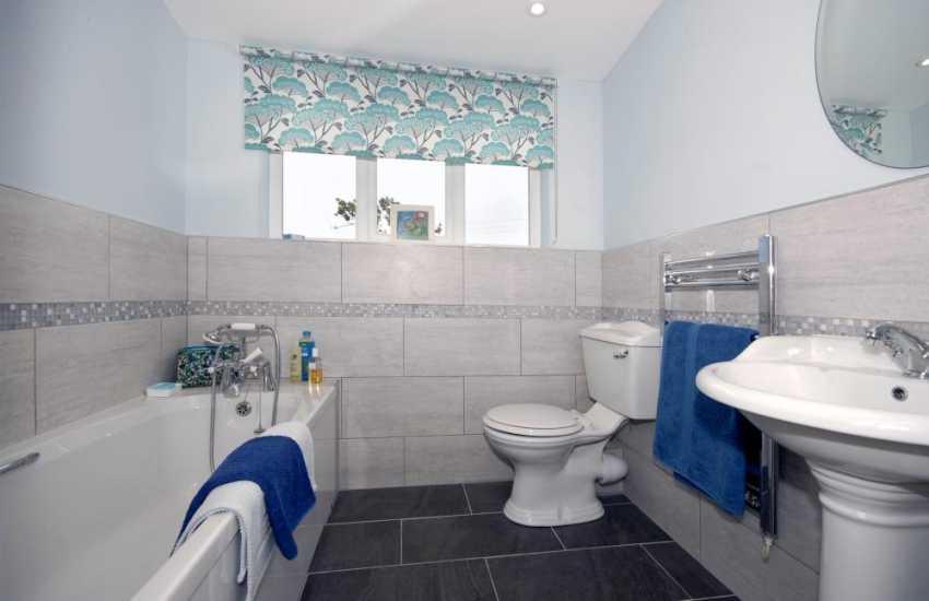 North Pembrokeshire holiday cottage - master en-suite bathroom