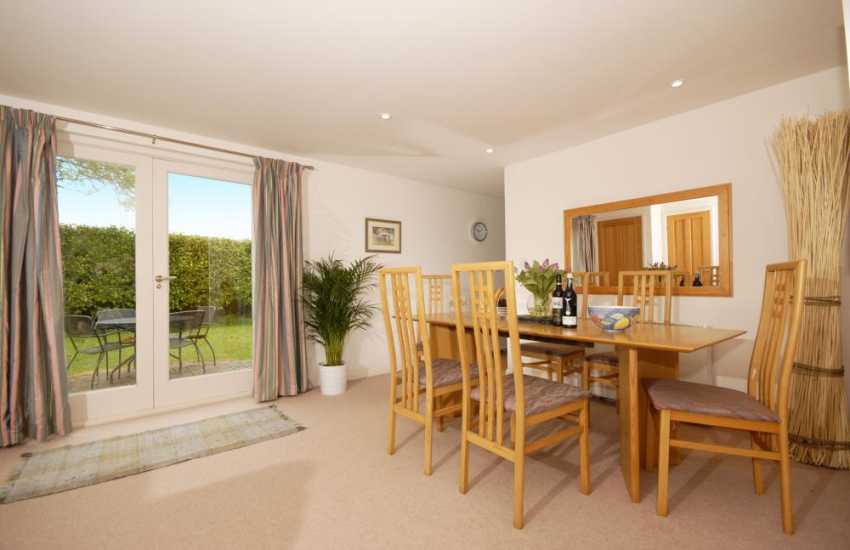 Bosherston holiday cottage with open plan living space - dining area