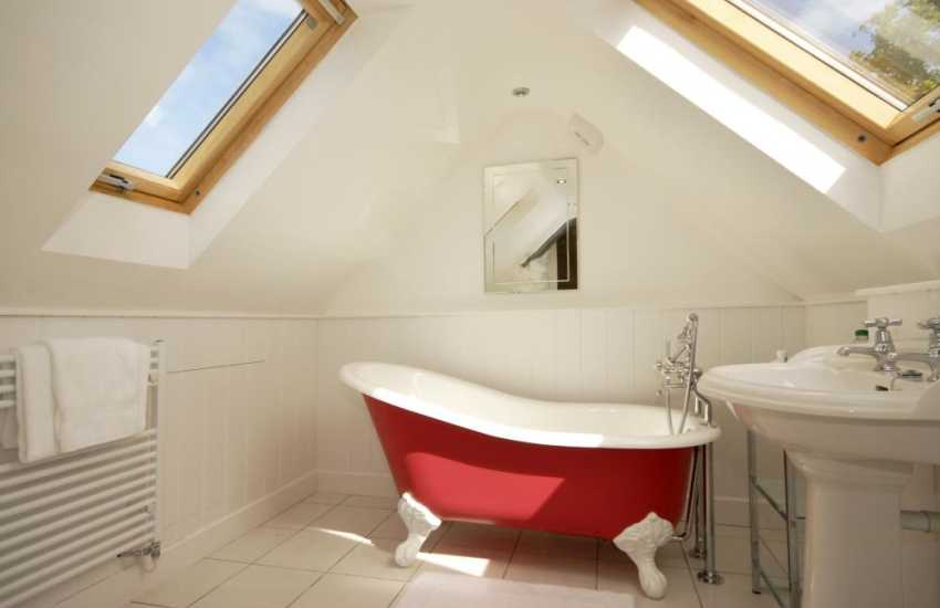 Strumble Head holiday cottage - en-suite bathroom