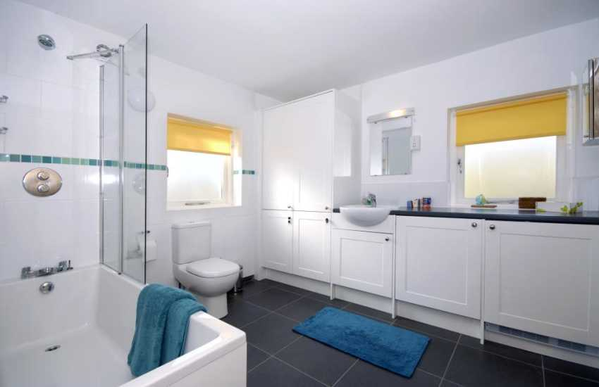 North Pembrokeshire coastal holiday home - ground floor en-suite bathroom