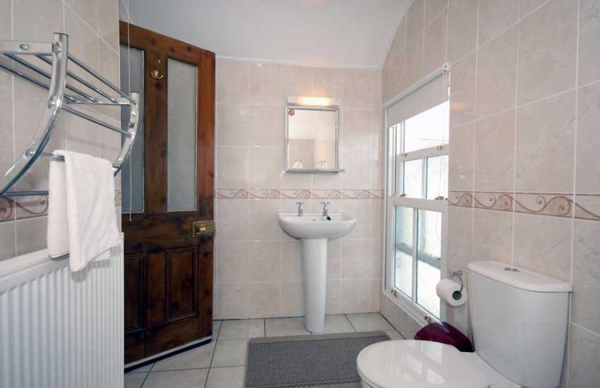 Aberaeron holiday house - Family bath room