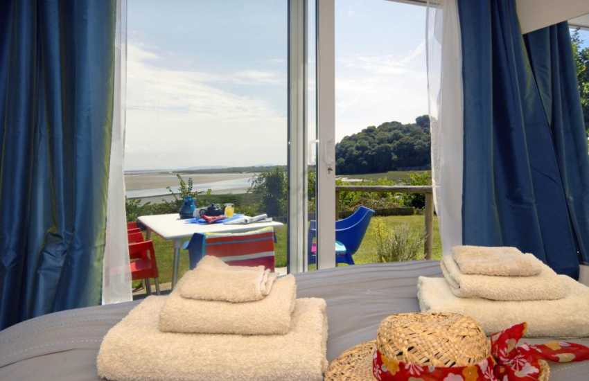 Laugharne holiday cottage sleeps 2 - double with estuary views