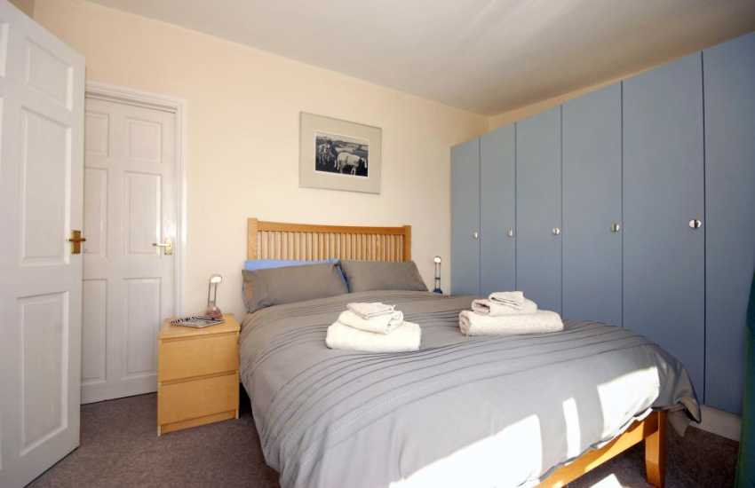 Laugharne holiday studio sleeps 2 - double with estuary views