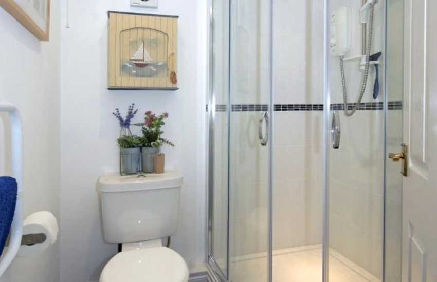 Pembrokeshire holiday cottage - ground floor shower