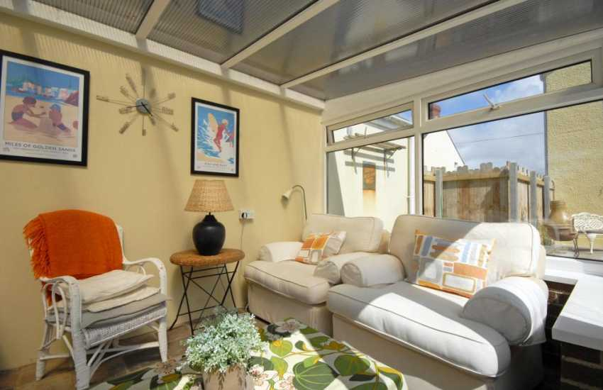 Trefine holiday home - sun room in the garden