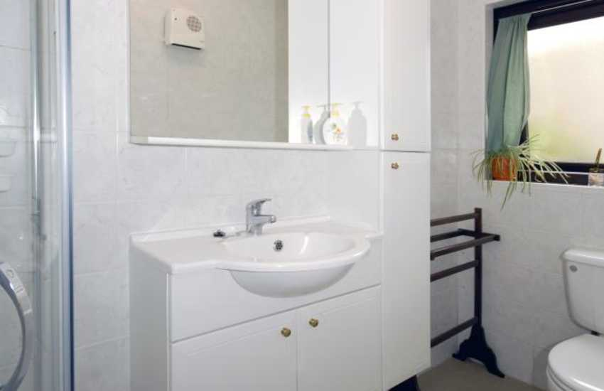 Newgale holiday cottage - ground floor twin en-suite shower