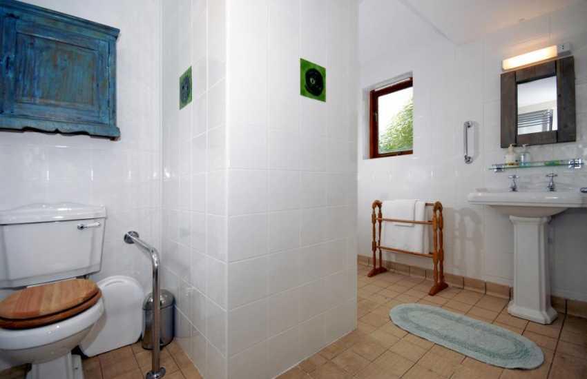Nolton Haven holiday cottage - ground floor master en-suite wet room