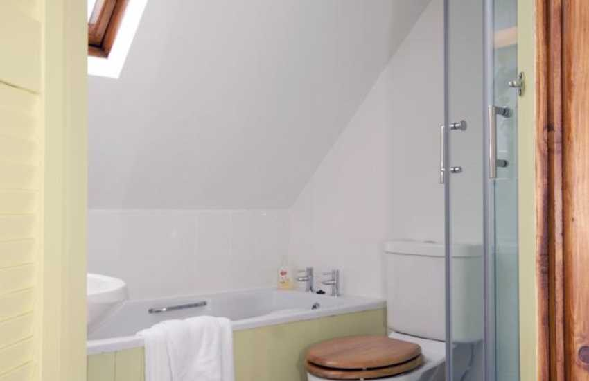 Pembrokeshire holiday home - first floor family en-suite bath/shower