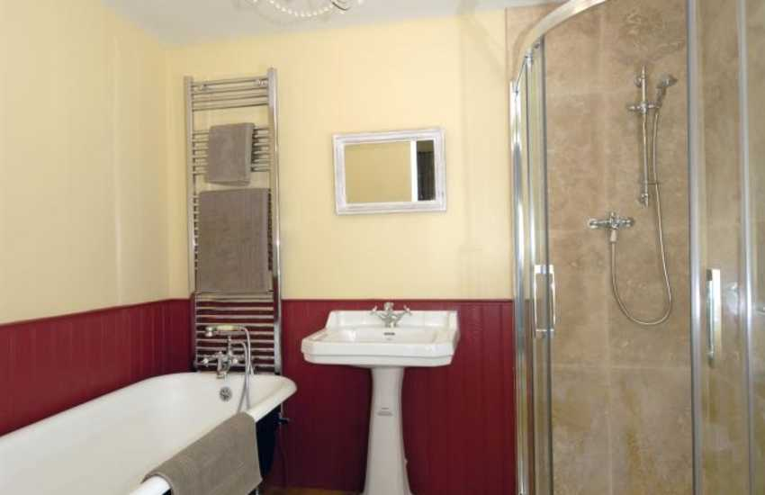 Pembrokeshire holiday cottage - en-suite with roll top bath and shower