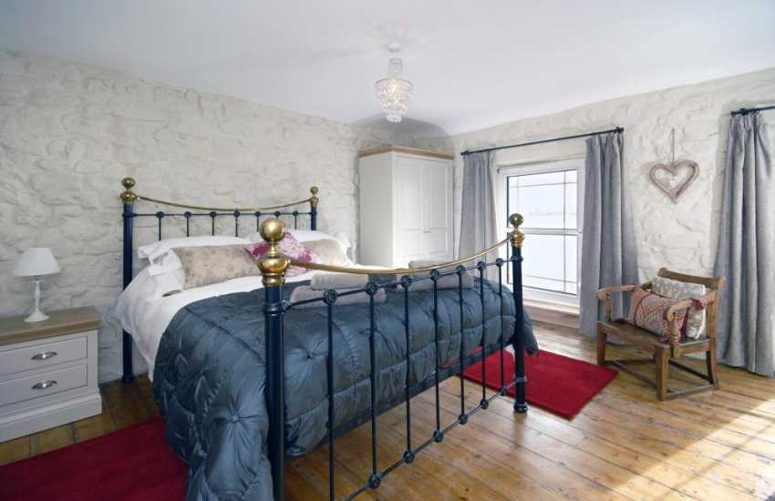 South Pembrokeshire holiday home -- King size master en-suite with river views