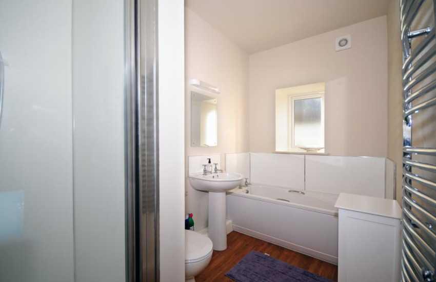 Pwllheli holiday cottage with sea views - bathroom