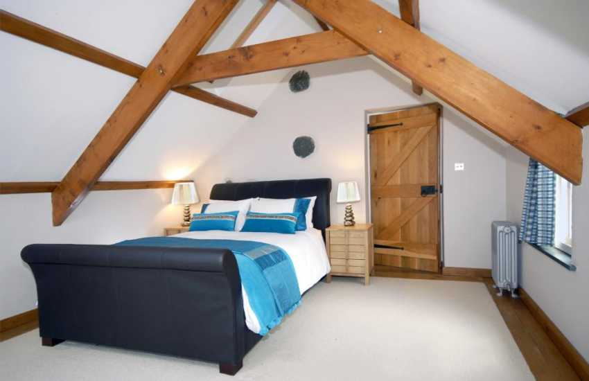 Self catering holiday cottage on the Pembrokeshire coast sleeps 6 - king size bedroom with sea views