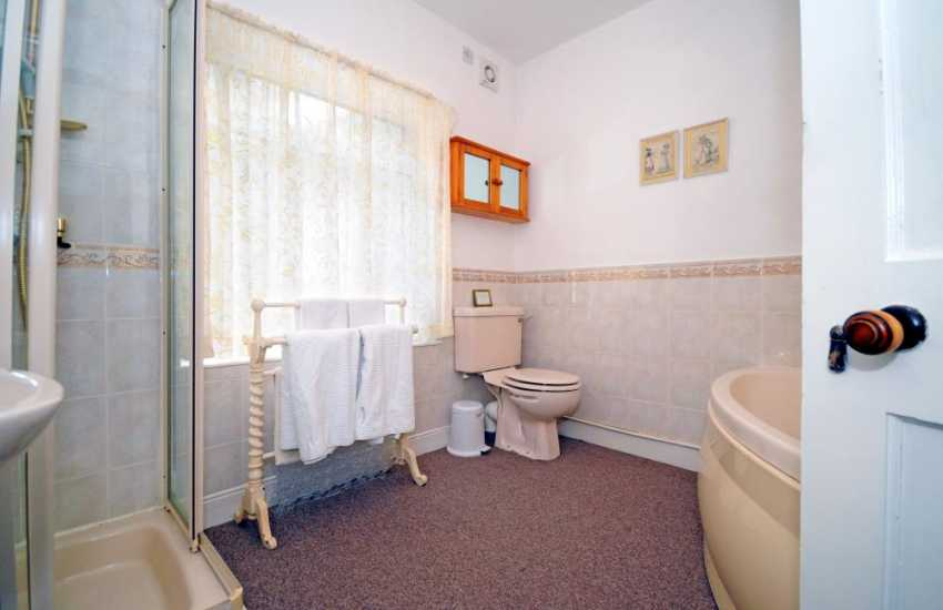 Harlech coastal cottage - bathroom