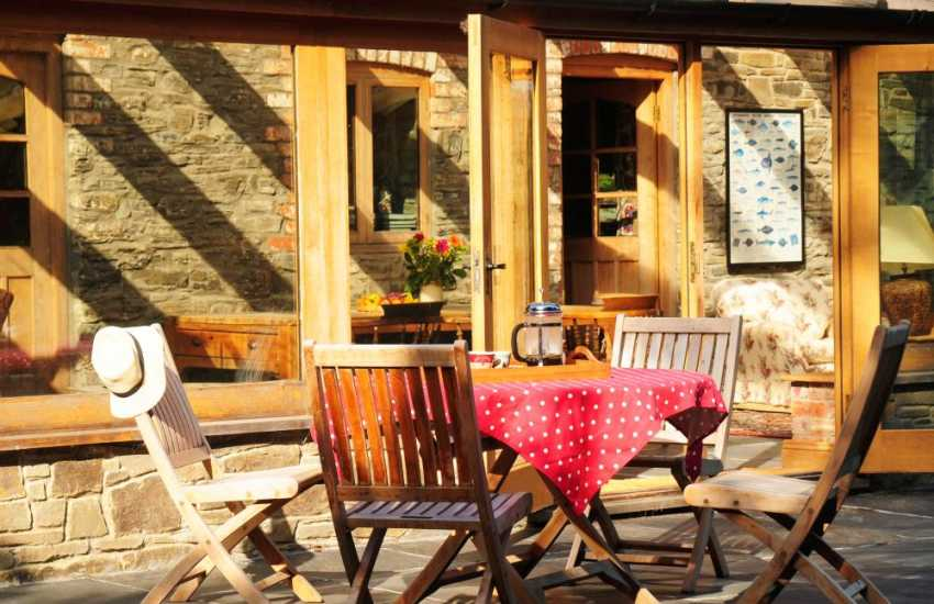 Luxury Welsh cottage Powys - patio