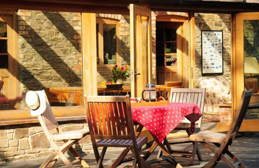 Luxury Welsh cottage Powys - patio