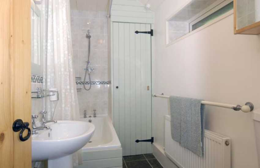 Laugharne holiday cottage - bathroom