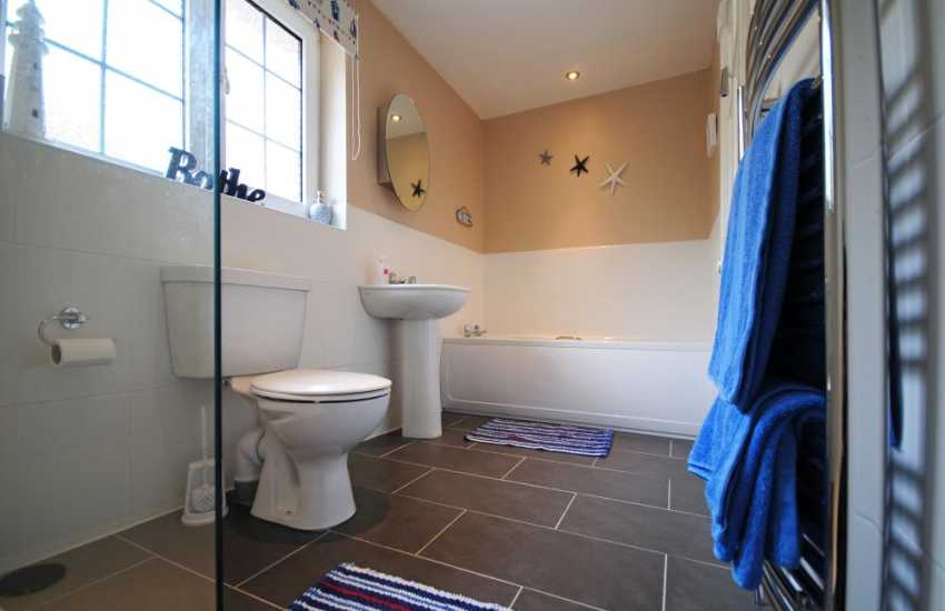 Menai Bridge holiday cottage - bathroom