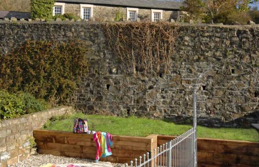 Pembrokeshire holiday cottage with enclosed rear terraced garden