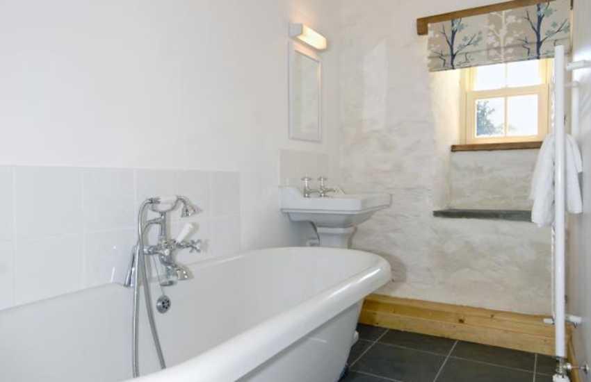 Nolton Haven holiday cottage - master en-suite bathroom