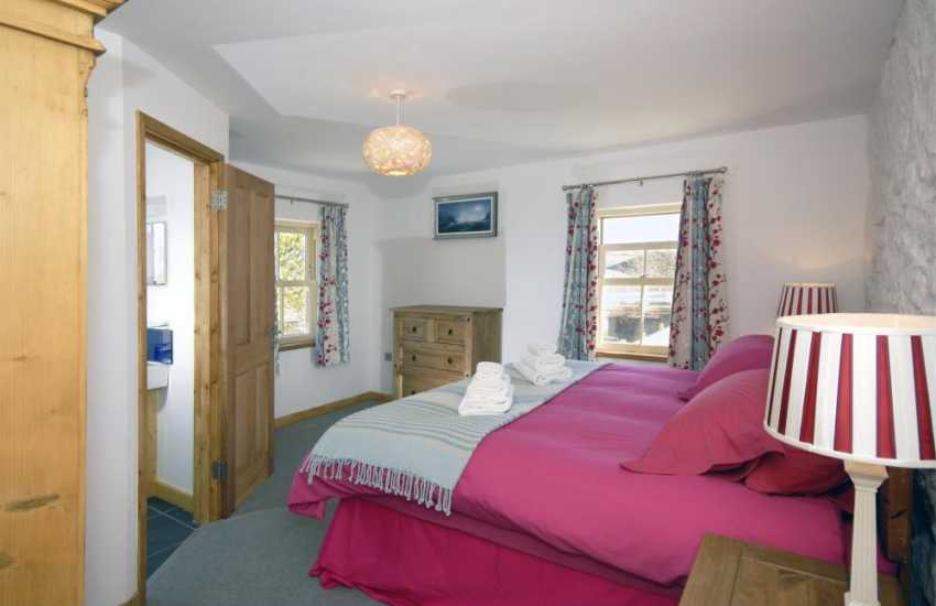 Wales Pembrokeshire - holiday house sleeps 8 - 6' double & en-suite shower