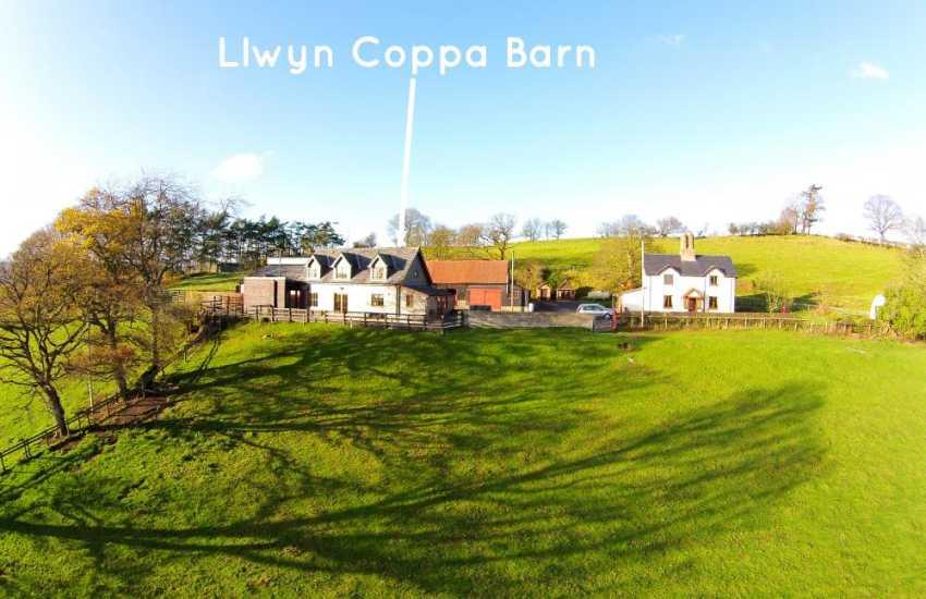 Llwyn Coppa Barn, surrounded by undulating farmland