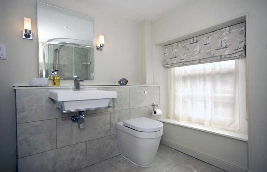 Aberaeron holiday home - 3rd floor shower room