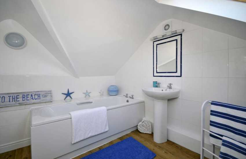 Nefyn cottage walking distance to beach - bathroom