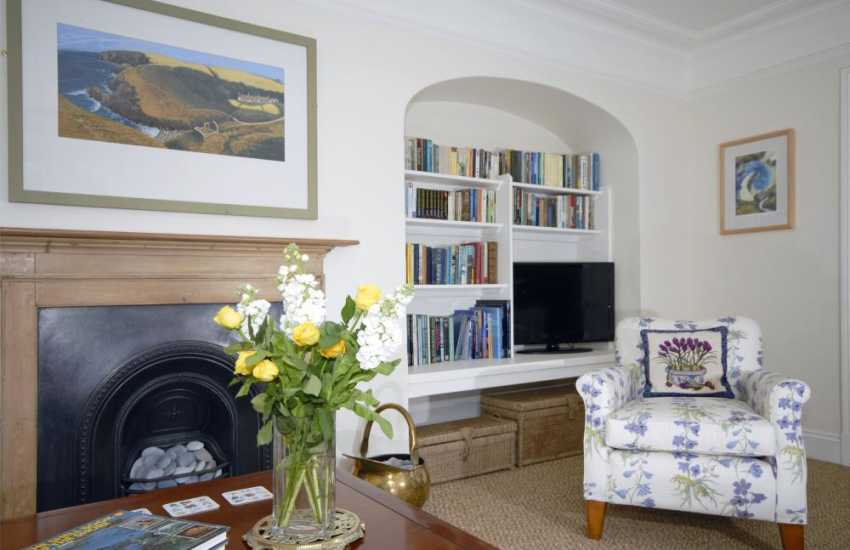 Manorbier holiday cottage with stylish soft furnishings and books galore