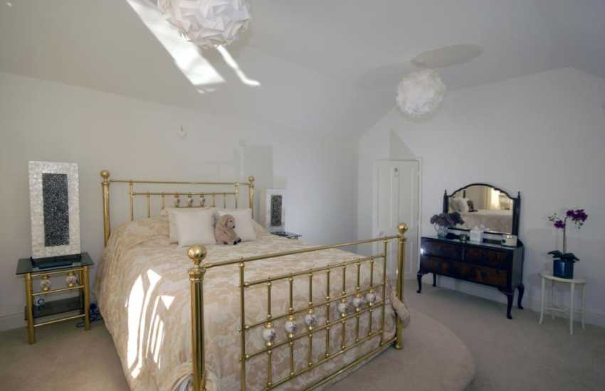 Tenby Pembrokeshire holiday house overlooking the sea - King size master suite