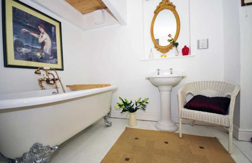 Wales cottage holiday - bathroom with full suite and shower