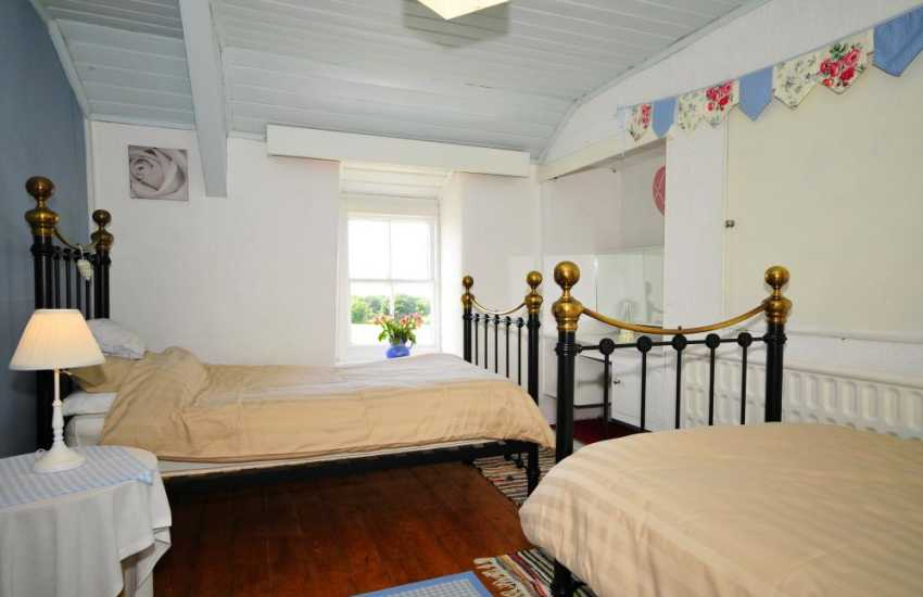 Farmhouse cottage - twin bedroom