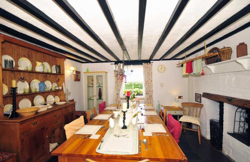 Caernarfan holiday cottage dining room